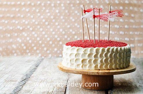 Давно я смотрела на этот торт. Честно скажу, что привлек он меня по большей части не своим составом (я не сильный поклонник бисквитных тортов с кремом), а своим…