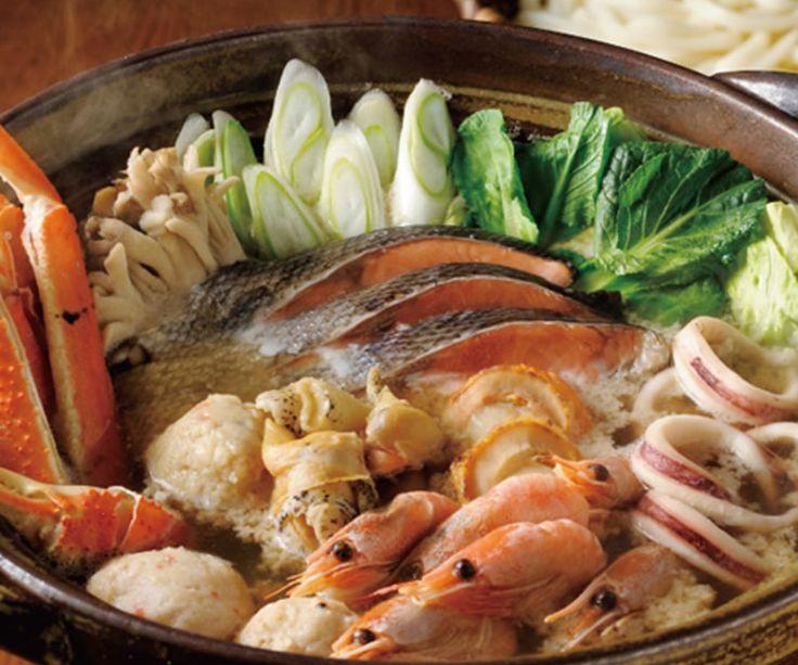 【石狩鍋(3〜4人前)】 北海道の代表的な郷土料理「石狩鍋」が手軽に楽しめる詰合わせです。特製味噌仕立てのタレで海の幸を堪能できる一品。