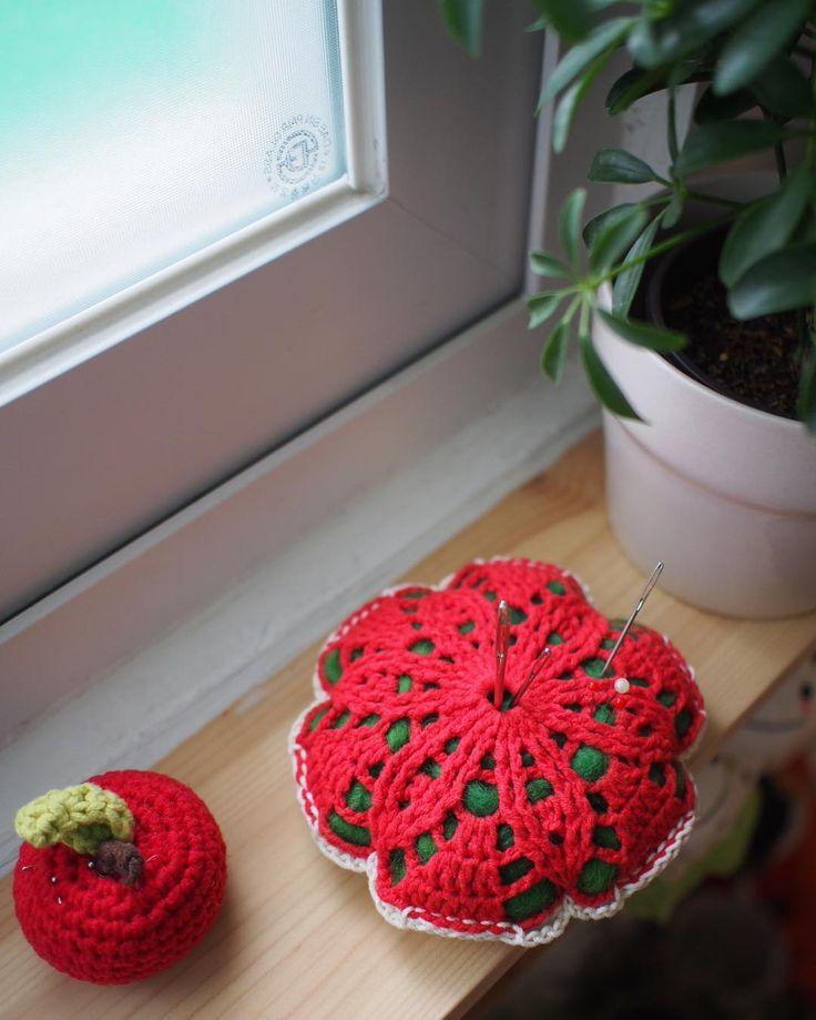 바늘찾기 힘들겠네 . #꽃모티브&에징손뜨개60 .  . .  #핸드메이드#코바늘#손뜨개#소품#펠트#취미#소잉#handmade #crochet #craft #crochting#crochetlove#instacrochet#crochetagram#인형#아미구루미#amigurumi #by아얀#아얀씨#crochetaddict#아얀의달빛작업실#손뜨개인형#뜨개인형#코바늘베이비슈즈 #손뜨개블랭킷#모티브#모티브핀쿠션 by by_ahyane