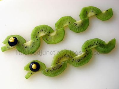 Creatief met fruit. Slangen van kiwi