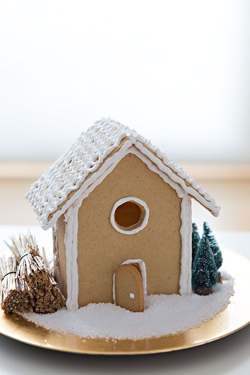 How to Make a Gingerbread House Tutorial{click link for full tutorial} #diy #christmas #gingerbread #house #recipe  in spanish, use google translate