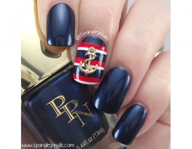 Base blu navy e accent nail a righe blu, bianche e rosse con charm a forma di ancora. (Photo credit: Pinterest @spangleynails)