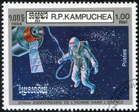 Cambodge - CIRCA 1986 Les timbres-poste imprim�s au Cambodge, d�di�e � la 25e anniversaire de vol habit� dans l'espace, montre astronaute, vers 1986 photo