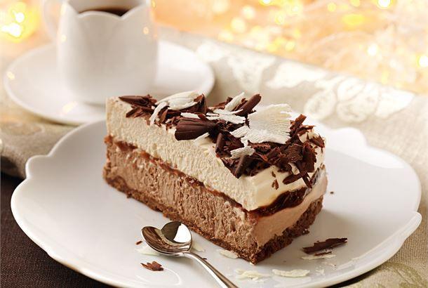 Rahkaunelmakakku on herkulllisen mehevä kahvipöydän tarjottava aikuiseen makuun. http://www.valio.fi/reseptit/rahkaunelmakakku-1/  #valio #resepti #ruoka #recipe #food