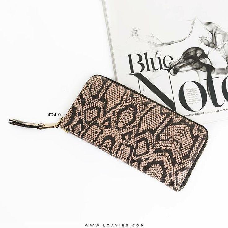 """""""Deze mooie, roze portemonnee met edgy slangenprint is een mooi en functioneel accessoire. Genoeg ruimte voor al je pasjes, geld én nog eens super fashion…"""""""