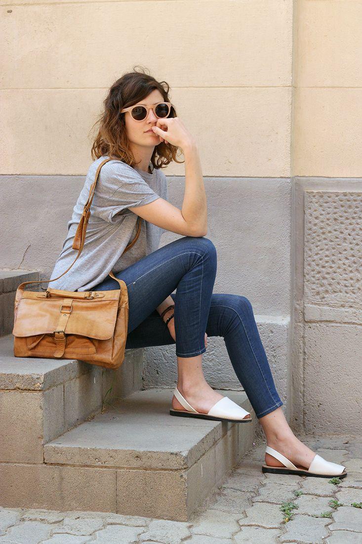 tshirt cinza, calça jeans skinny e acess. caramelo
