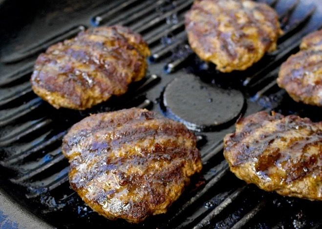 Juicy, aromatic beef patties Greek style! A combination of herbs give these burgers a lot of flavor plus a dose of antioxidants.