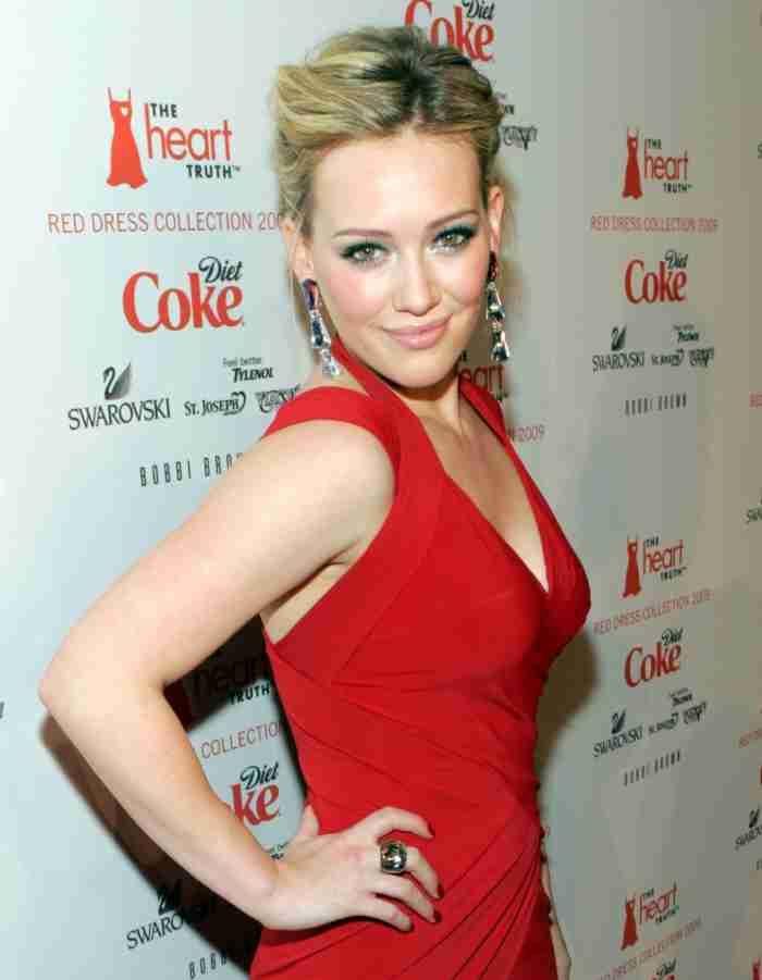 Hilary Duff splits from boyfriend Jason Walsh  #HilaryDuff #JenniferAniston #MikeComrie