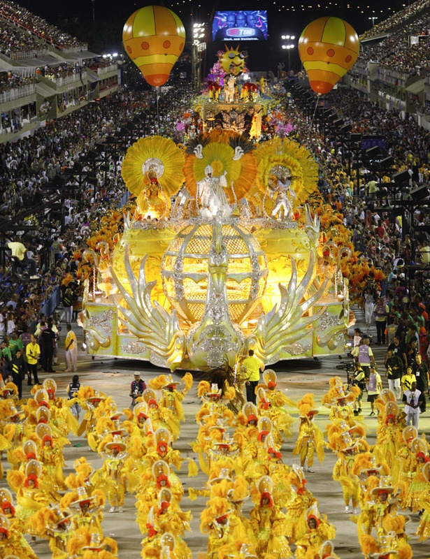 Carnaval de Rio de Janeiro: I want to witness how spectacular and exuberant Brazilians could be. :)