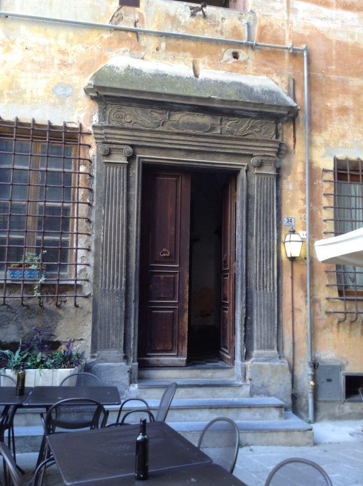 Bellissima porta antica in legno e ardesia al Parrasio di Imperia Porto Maurizio .