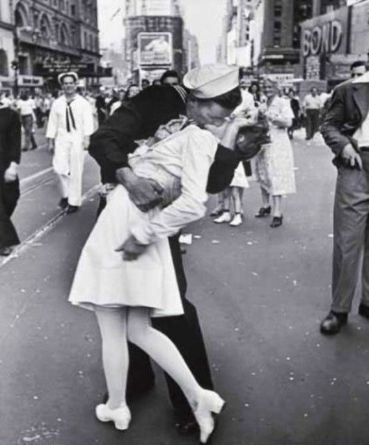 This award winning photograph has an interesting twist. The subjects didn't even know each other. The solider was just so happy to be home he kissed the first pretty girl he saw.Photos, The Kiss, Times Square, Military Relationships, Alfred Eisenstaedt, Things, Photography Quote, Favorite Pictures, Kisses
