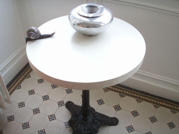 Table bistro en béton ciré par B.CC (couleur Voile/MA's)