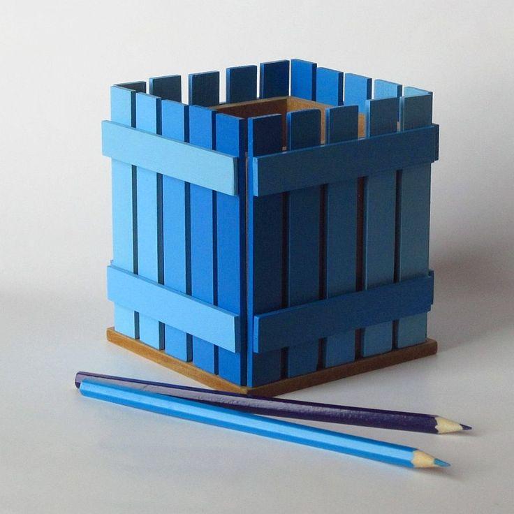 Pastelníkovník - tužkovník - modrý Originální dřevěný pastelníkovníkzdobený nalepeným malým plotem. Natřeno barvou zdravotně nazávadnou. Plot je ruční výroba, nestejná výška jednotlivých dřevíček je záměrem. Velikost:12,5 x 11,5 x 11,5 cm