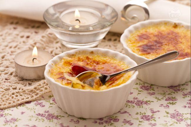 La creme brulè è un dolce francese al cucchiaio con uova, latte, panna e vaniglia. Significa letteralmente crema bruciata.