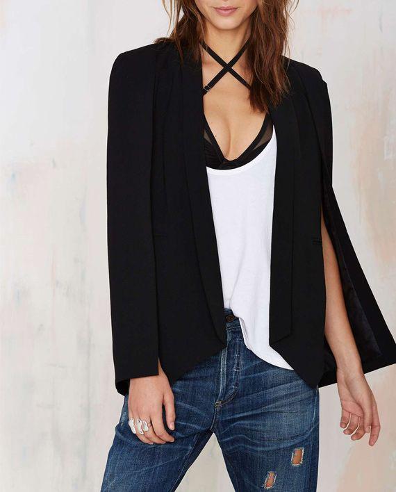 Moderne og elegant sort kappejakke. Kappen kommer i teksturert stoff og er helfôret.