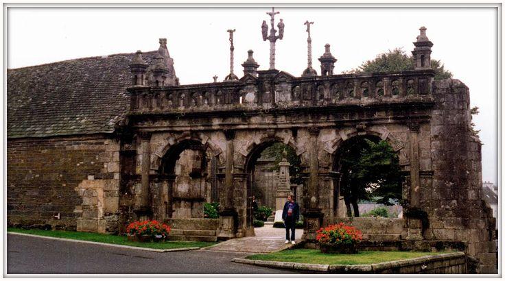 Sizun, enclos paroissial, l'Arc de Trionphe, Eglise Saint-Suliau, Bretagna, 1992c