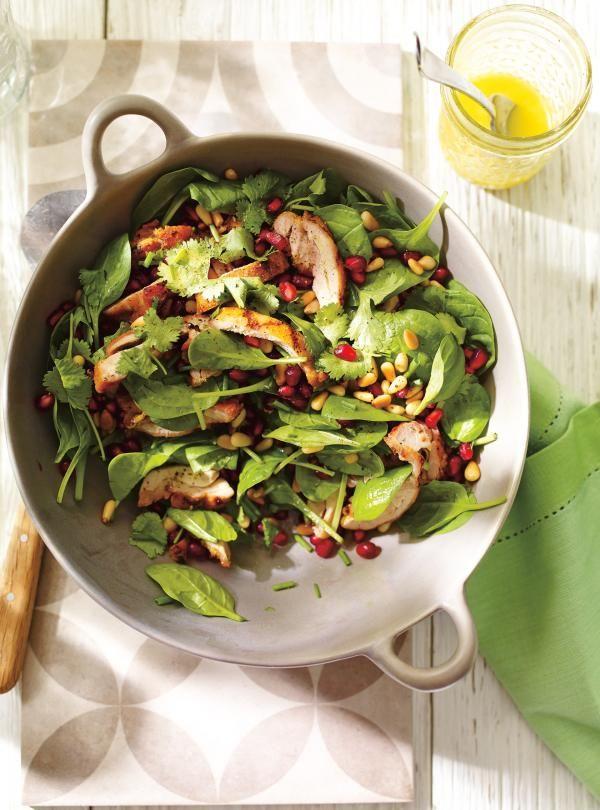 Salade d'épinards et de poulet grillé à la grenade et aux noix de pin | Ricardo