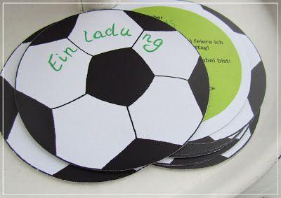 Zu einem echten Fußball-Geburtstag gehören natürlich auch meisterlich gute Fußball-Einladungen. Die sehen super aus & begeistern jeden kleinen Fußball-Fan. Dann kann die EM-Party ja losgehen.