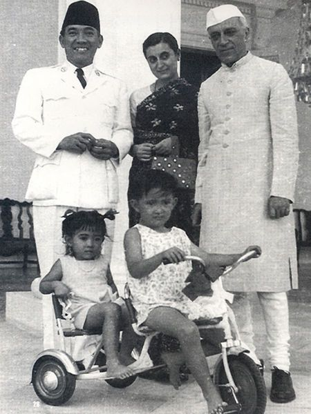 Indonesian President Sukarno with son Guntur Sukarnoputra and daughter Megawati Sukarnoputri while receiving Indian Prime Minister Jawaharlal Nehru and his daughter Indira Gandhi.