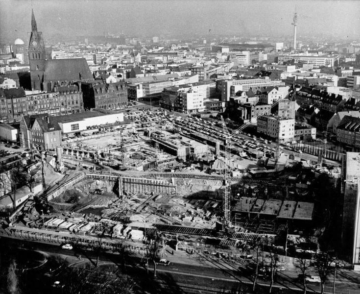 HANNOVER Stadtansicht von 1963. Das Hotel Intercontinental am Friedrichswall im Bau. Dahinter die Baustelle für das Einwohnermeldeamt und weitere Ämter der Stadt Hannover in der Leinstraße / Köbelinger Markt. Links oben im Bild die Marktkirche.