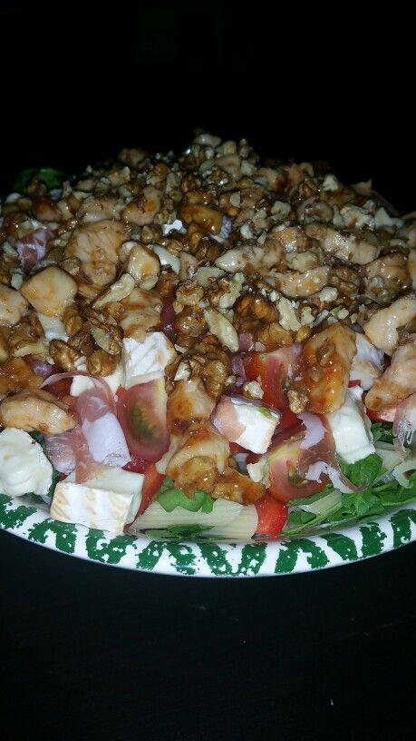 Rucola, penne, kip gebakken in sweet chilie saus, rauwe ham, paprika, cherry tomaten, walnoten en honing