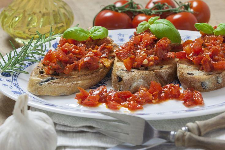 cibo toscano | Bruschetta con la ciabatta, i pomodorini ed il basilico / Shutterstock ...