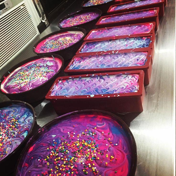 """Al primo sguardo questa """"torta"""" potrebbe sembrarti una cheesecake con i colori dell'arcobaleno, ma... non lo è! In realtà si tratta di una forma di sapone super creativa disegnata da Soap Chérie, un brand di Brooklyn specializzato in prodotti da bagno naturali, che """"sforna"""" delizie per bagni extra rilassanti."""