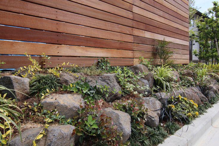DIYのロックガーデン 石積みと宿根草で土留めにした