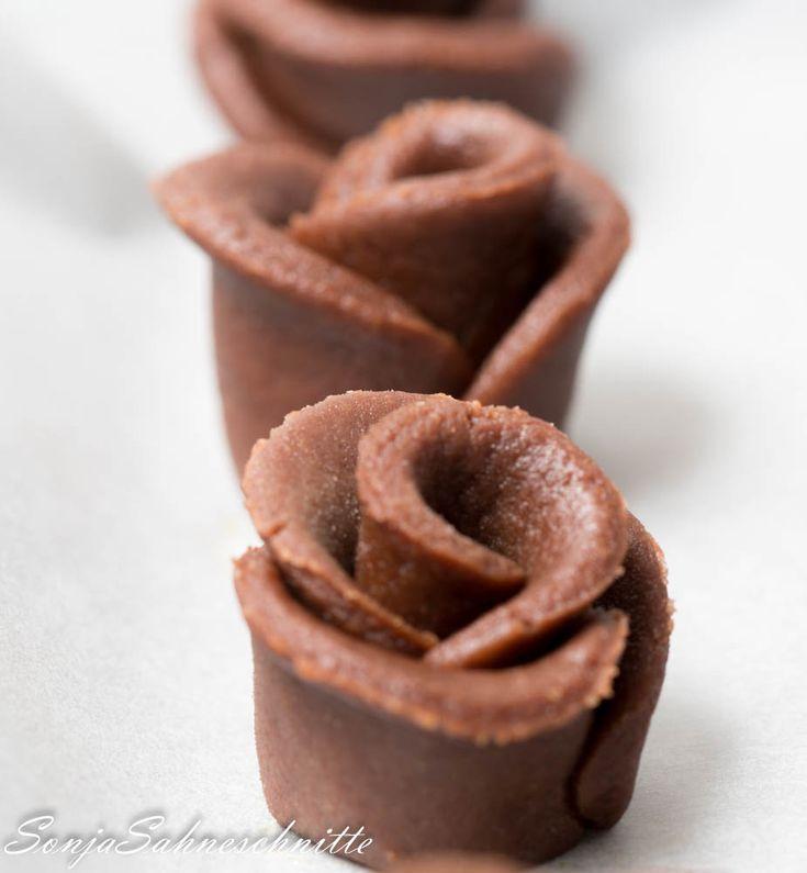 schokoladen-rosen-muerbeteigplaetzchen-mit-kakao-chocolate-roses-cookies-with-cocoa-5-von-13