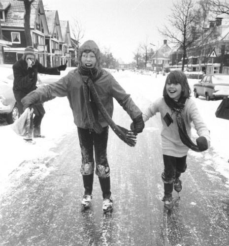 Gevolgen van de strenge winter van 1978/1979: kinderen kunnen op straat schaatsen. Engelsestraat, Leeuwarden, februari 1979.