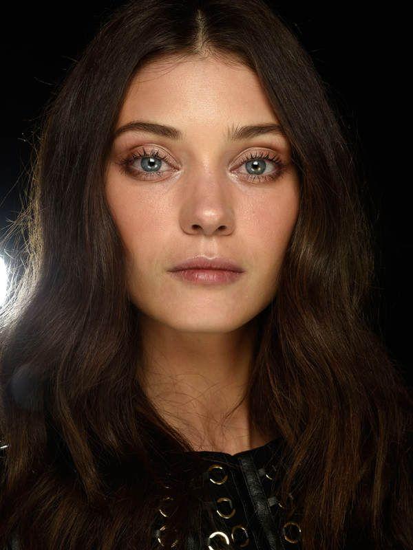 Zart, feminin und definitiv eine gute Beauty-Inspo zum Nachmachen: Dieses romantische Make-up wurde bei der Show von Elisabetta Franchi auf der Milan