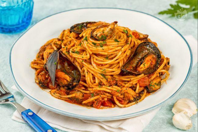 Gli spaghetti con le cozze sono un primo piatto facile e veloce da preparare che profuma di mare.