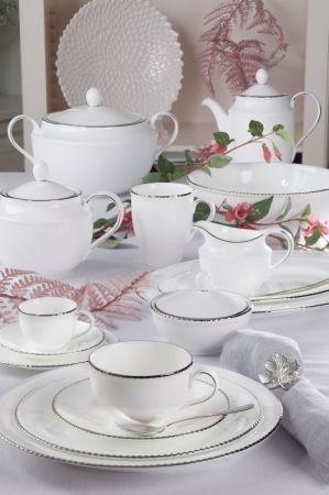 Villa Italia Florian to elegancka kolekcja wykonana z najwyższej jakości cienkiej, delikatnej porcelany typu bone china. W jej skład wchodzą naczynia w przepięknym, mlecznym kolorze zdobione ręcznie na obrzeżach dość grubą linią platyny. Smukły kształt nadaje im lekkości, sprawiając, że kolekcja świetnie komponuje się zarówno z klasyczną aranżacją stołu, jak i ultranowoczesną.