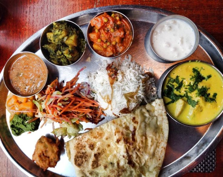 The Grand Thali : a Canapé, a curry, 2 vegetables (one green and one root), Dal (lentil), Raita (yoghurt), Indian salad, Papadum & Chutney, freshly-made whole wheat Chapatti (Indian bread) & Rice @ Masala Zone Covent Garden 48 Floral St, London WC2E 9DA, Royaume-Uni #Thali #curry #Dal #lentil# Raita #yoghurt #Indian #Papadum #Chutney #Chapatti #Indianbread #MasalaZone #CoventGarden #London
