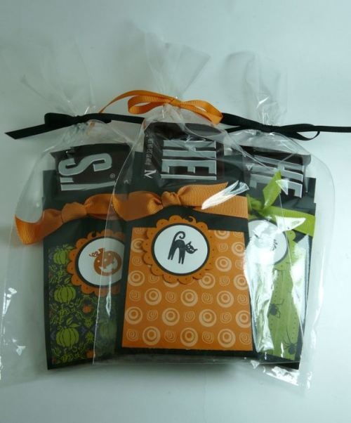 candy bar holder - Change theme to Christmas for Stocking StuffersTreats Bags, Halloween Candies, Special Treats, Gift Ideas, Chocolates Bar, Bar Holders, Candies Bar, Halloween Treats, Stockings Stuffers