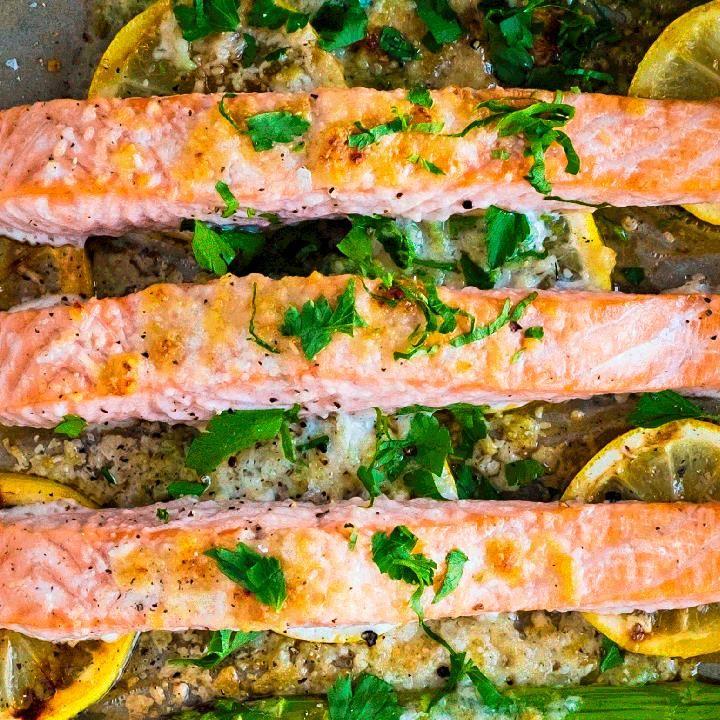 Ovnsbakt laks i form med parmesan og asparges er superenkelt å lage! Det finnes kanskje ikke enklere oppskrift på laks enn dette?