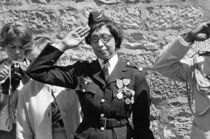 Le 19 août 1961, Joséphine Baker est décorée au château des Milandes de la Croix de la Légion d'honneur. En 1937, elle avait acquis la nationalité française et quand la guerre éclata, elle entra dans la résistance recrutée par le capitaine Abtey, chef du contre-espionnage militaire à Paris. Elle utilisa sa notoriété pour récupérer des informations, et profita de ses déplacements pour transporter des messages secrets sur ses partitions musicales et à l'intérieur de ses robes (©Archives Sud…