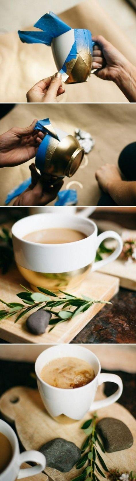 Avec du masking tape, formez un triangle à la base de votre tasse, vaporisez de la peinture en bombe dorée ou argentée, et retirez le scotch (masking tape), effet garanti !
