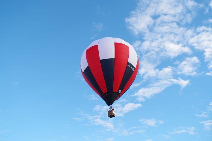 早起きして小山バルーンフェスタへ。1年に何回も見ることが出来た栃木県の熱気球。 青空のもとでグリンと熱気球の写…