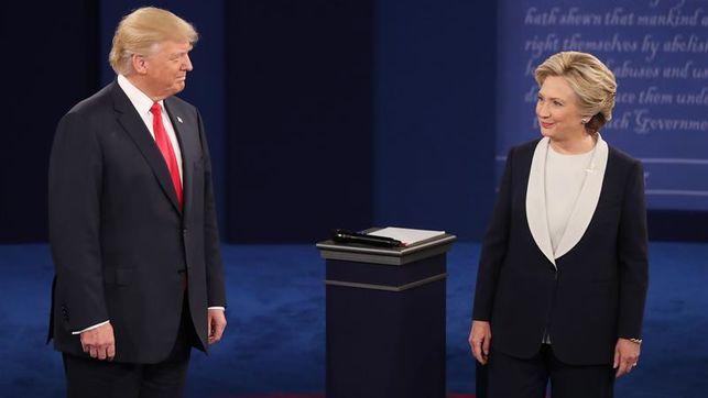 Los candidatos a la Presidencia de EE.UU. Hillary Clinton (d), del partido Demócrata, y Donald Trump (i), del partido Republicano, participan en el segundo debate presidencial, realizado en la Universidad de Washington en San Luis, Misuri (EE.UU.), este 9 de octubre de 2016.
