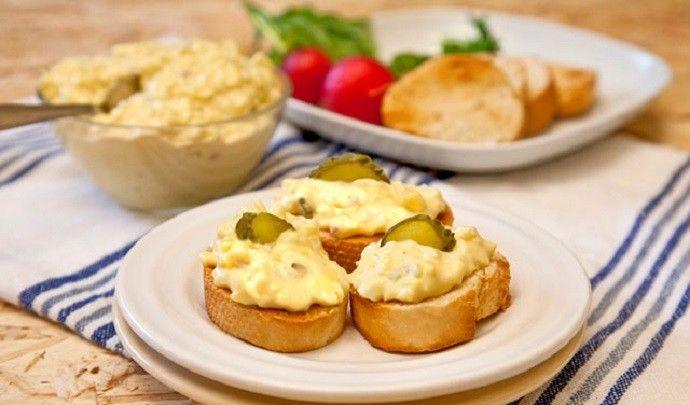 Nagyon gyönyörűséges! Ugye, hogy súlyos függőség alakulhat ki a fogyasztása hatására?  Hozzávalók: 5 főtt kemény tojás 1 lila hagyma 2 evőkanál tejföl 1 teáskanál csípős…