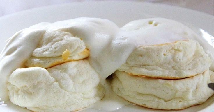 卵白で作るエンゼルフードケーキ風のパンケーキ。口の中でしゅわ〜っと溶けちゃう。真っ白なビジュアルがXmasに◎