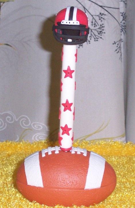 Pluma en balon de futbol americano decorado a mano en - Unas de porcelana decoradas ...