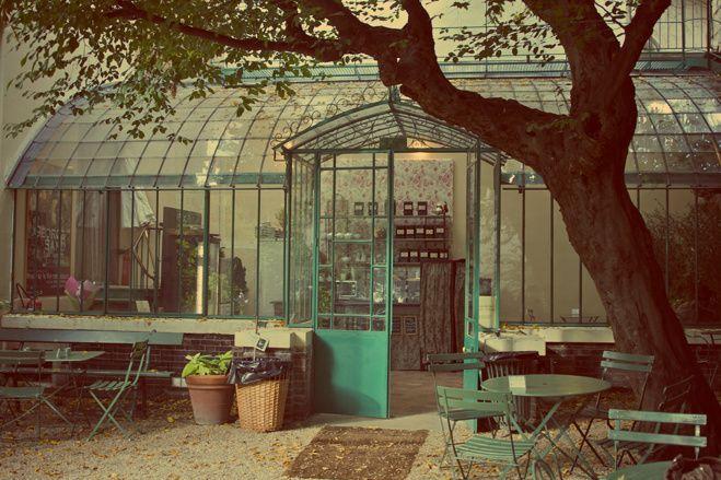 Le musée de la vie romantique est situé dans le quartier de la « Nouvelle Athènes » du 9e arrondissement à Paris. Il est installé au n°16 de la rue Chaptal, dans l'hôtel Scheffer-Renan, ancienne demeure du peintre d'origine hollandaise Ary Scheffer et foyer d'inspiration romantique durant la première partie du xixe siècle.