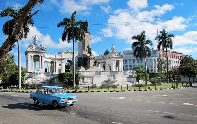 Sandstränder, exklusiva rökverk och rumba. Amerikanska bilar från 1950-talet med ryska motorer och japanska reservdelar. Marxistiska slagord på spanska kolonialbyggnader. Välkommen till Kuba, janua...