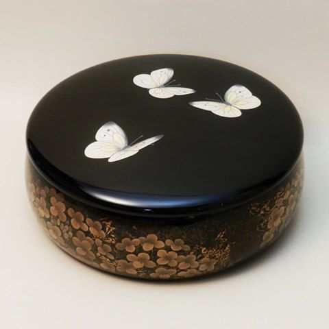 The butterflies are extremely delicate and realistic. Lacquerware by Yoshitomo OHARA, Japan 城端蒔絵  塗師屋治五右衛門