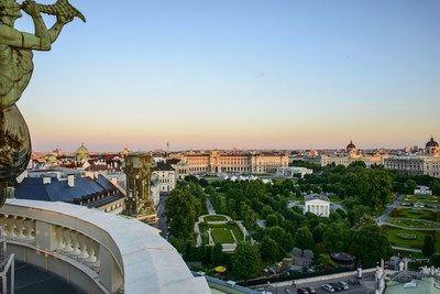 Casi 15 millones de pernoctaciones de visitantes en Viena   Viena alcanza el 7 récord consecutivo con 1496 millones de pernoctaciones de visitantes en 2016.  VIENA Enero de 2017 /PRNewswire/ - Con 14.962.000 pernoctaciones de visitantes en 2016 Viena superó su mejor resultado de 2015 en un 44%. Se registraron 6.884.000 llegadas en total lo que equivale a un aumento del 45%. Con una capacidad de alojamiento de aproximadamente 66.000 camas de hoteles la ocupación promedio de Viena aumentó…