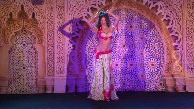 """Η επαγγελματίας χορεύτρια Sadie Marquardt από το Κολοράντο των ΗΠΑ, είναι εξπέρ σε οριεντάλ χορούς και τον γνωστό """"χορό της κοιλιάς"""". Εδώ την βλέπουμε σε μια εντυπωσιακή παράσταση για το φεστιβάλ """"Oriental Pearl Belly Dance Festival"""" το 2013."""