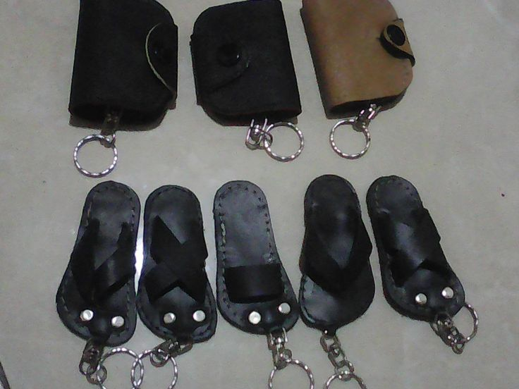 Karya terbaru dari warga RT.11 RW.09 Palebon Semarang, souvenir cantik gantungan kunci dengan bahan dari kulit asli. Souvenir ini secara keseluruhan dibuat secara manual, sehingga menghasilkan prod…