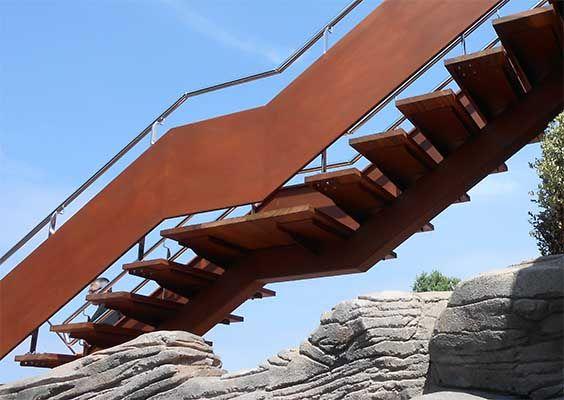 Escalera con zanca central, chapas laterales en acero corten, peldaños en madera de elondo y barandillas de acero inoxidable pulidas a espejo. #escaleras #stairs #camping #deba #gipuzkoa #acero